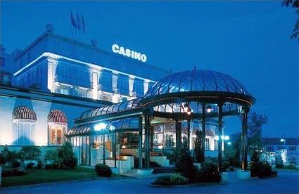 Hotel domaine de divonne golf spa resort 4 luxe for Piscine de divonne